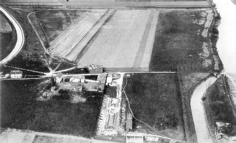 Le terrain de Beauval en 1920. On aperçoit au premier plan l'emplacement du hangar d'aérostation et devant le champ d'atterrissage, le petit hangar d'aviation. (coll. part.)