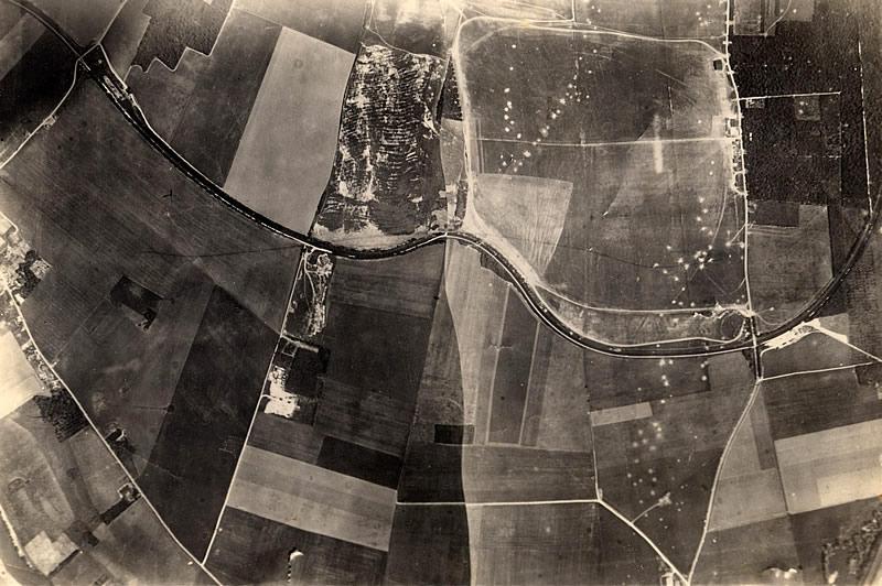 Vue aérienne du terrain de Meaux-Esbly montrant les impacts de bombesaprès le bombardement du 18 mai 1940.(Photo de Salaberry via Xan Berasategui).
