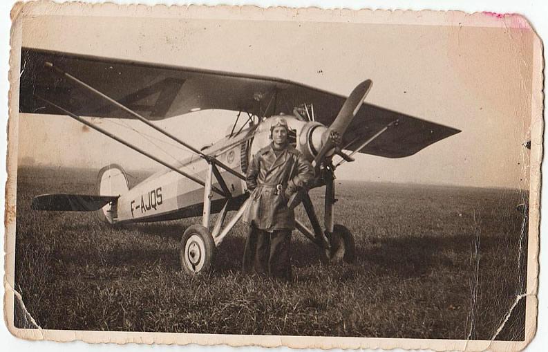 Julio Lloveras Calvo, élève-pilote, posant devant le Morane-Saulnier 181 F-AJQS, (n°11), sur la piste de l'aérodrome de Meaux-Esbly en 1937. L'année suivante, cet appareil sera lui aussi envoyé en Espagne. (Coll. Famille Lloveras Calvo)