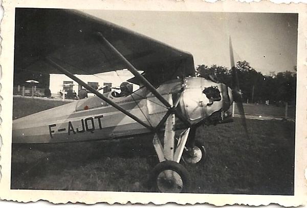 """Le Morane-Saulnier 181 de Meaux-Esbly immatriculé F-AJQT sans doute piloté ici par Antonio Briz-Martinez. Il est à noter que ce M.S 181 sera ensuite expédié à La Ribera, en Espagne, afin d'être utilisé comme appareil d'entrainement à l'acrobatie. Après sa formation à Meaux-Esbly en 1937, Antonio Briz-Martinez intégrera à son retour en Espagne le Grupo de Caza n°26 de la 3ème Escuadrilla de """"Chato"""" à l'aérodrome de la Seňera. (Coll. Famille Antonio Briz)"""