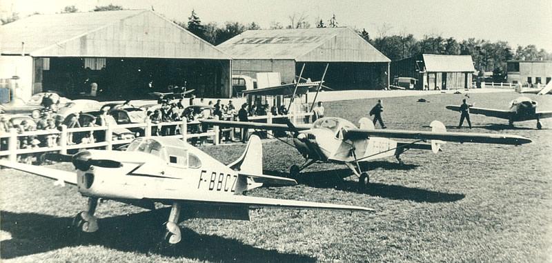 Peu à peu les nouveaux hangars vont être construits en bordure de la RD 5… Au premier plan: un GUERCHAIS-ROCHE T-35, au secondun NC - 854.