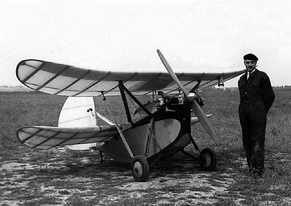 Henri Mignet posant devant son HM 16. (Coll. Famille MIGNET)