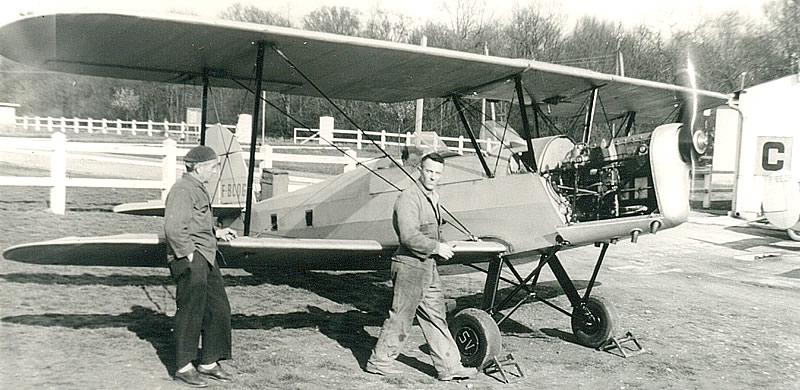 Jacques Petit (à droite), chef-instructeur et mécanicien, et incontournable grand passionné de l'aérodrome durant de longues années.(Coll. ACDF)