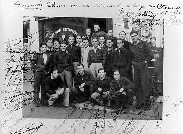 Les élèves-pilotes espagnols de Meaux-Esbly dédicacent leur photographie de groupe prise devant le café restaurant Lagrange à Isles-lès-Villenoy. (Coll. Carlos Lazaro – ADAR)